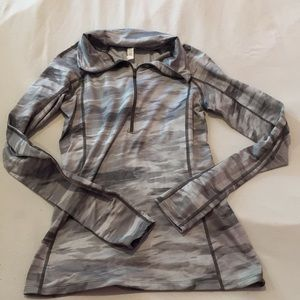 Under Armour Gray Camo Thermal Long Sleeve Small